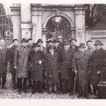 Przed bramą cmentarza ewangelickiego, grupka weteranów, pierwszy z prawej Józef Macura, czwarty z prawej to Józef Płonka