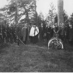 Fotografia wykonana po ekshumacji zwłok porucznika Jana Łyska na cmentarzu, drugi z prawej to Józef Płonka, trzeci z prawej Ludwik Zych.